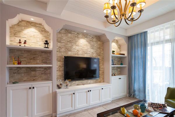 文化墙为电视背墙添注立面表情,彰显美式风格的白色收纳柜能够满足客厅的起居收纳需要。