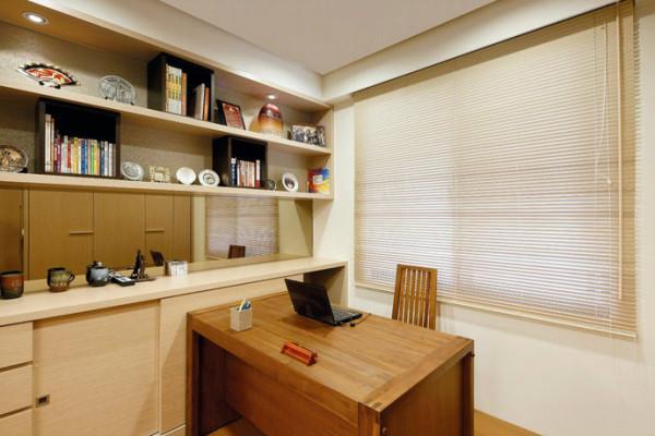 柚木书桌的阳刚如同屋主性格写照,为了缓和这份强烈,设计师在门片上透过造型板等软件辅助调和