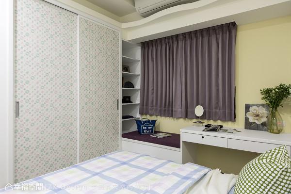 几何图像的衣柜设计,饶富年轻人的活泼色彩,设计师周烜至更将窗边机能整合,兼具阅读、休憩与展示等功能。