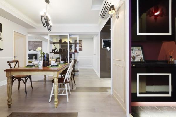 餐厅,设计师為了保留动线流畅度,以铁件柜子為界线区隔,加上地面的跳色地板运用,在古典之中创造新意。