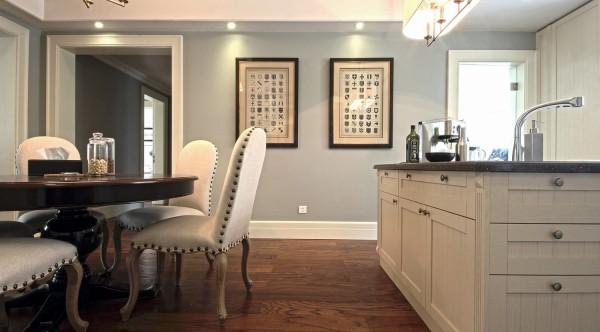 餐厅秉持典型的法式风格搭配原则,餐桌和餐椅均为米白色,表面略带雕花,配合扶手和椅腿的弧形曲度,显得优雅矜贵,