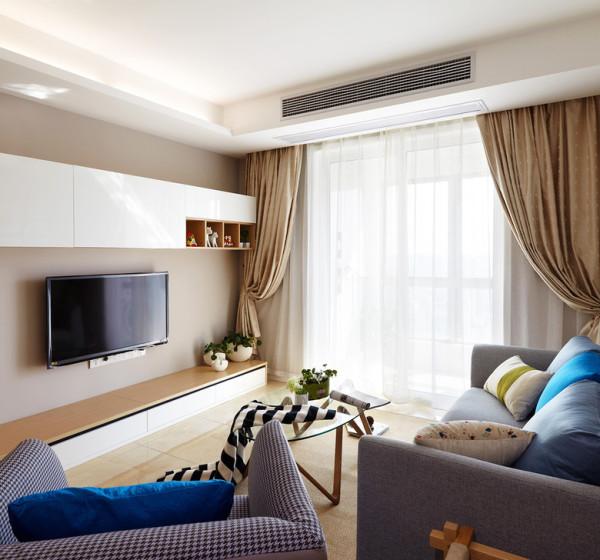 浅米色的地面砖百搭又易于打理,还适用于地暖的铺设,只是略显冰冷,在茶几下铺设了地毯,中和了那种硬朗的冰冷感觉。而且浅浅的绯色墙面也带着那种小温暖