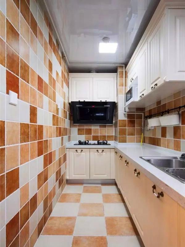 狭长型的厨房L字型橱柜设计。