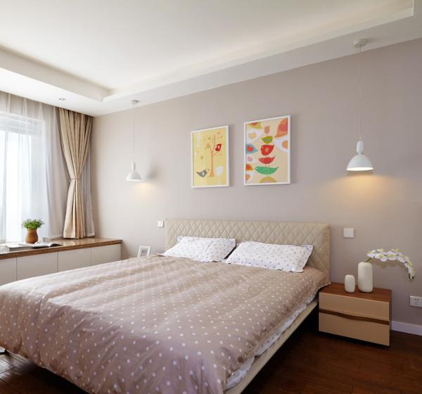 卧室非常的简洁,没有用主灯,避免了光线直射眼睛的不适,也省了挑选主灯的纠结。两个白色的小壁灯足够阅读枕边书了