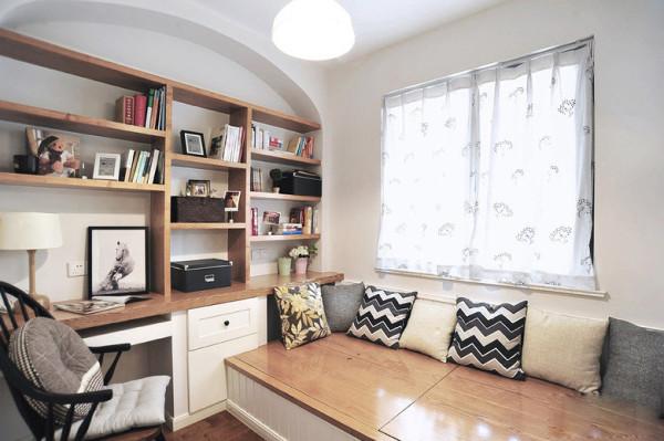 在书房中做了一个榻榻米,有客人的时候也可以当作客房。