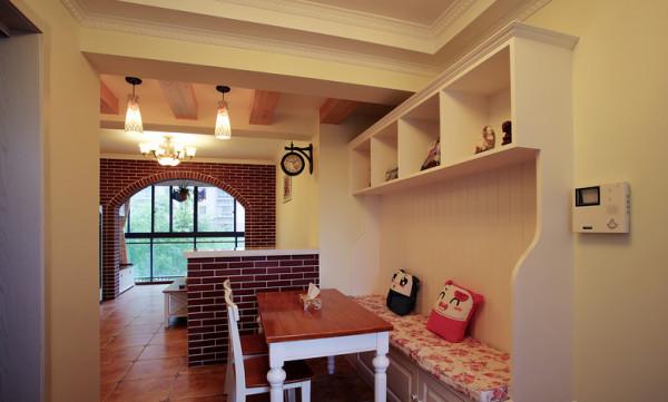 为了节省空间,餐桌的对面是一个卡座形式的,上方是一组储物柜可以放一些装饰品