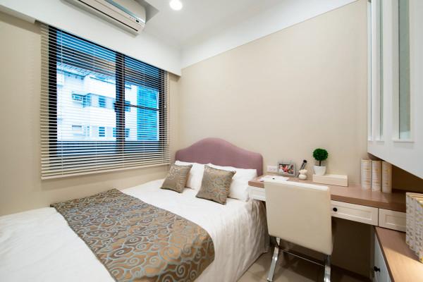 次卧因为空间小,因为设计师合理的设计,在卧室里也有了书桌拜访的位置
