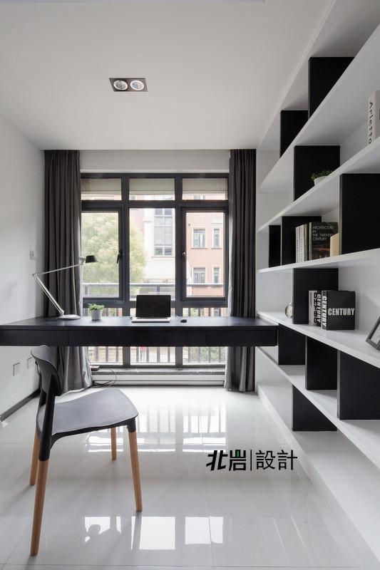 书籍也是很好的家居展示,简单的黑白格板,依然留待日后业主去慢慢填 。