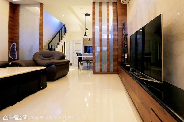 藉由夹纱玻璃与木皮所打造的屏风式设计界定出客、餐领域,隐约的透亮光感,不仅延伸视觉效果,更提升整体质感。