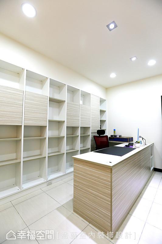 细腻的木纹视觉成为书桌与柜体的层架样貌,舒心的生活态度隐然成形。