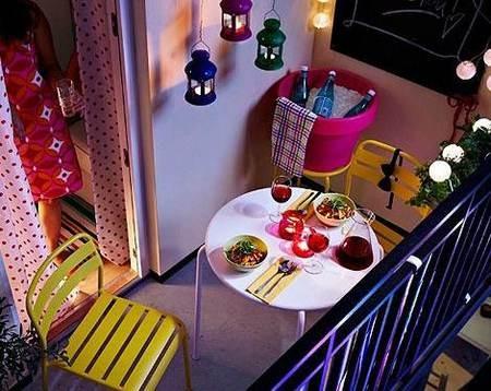 两平米左后的极小阳台,通过合适尺寸的餐桌、餐椅等家具,及其明艳的颜色彻底靓翻,当夜幕降临,周遭的圆球挂灯,让阳台成为家中最浪漫的角落