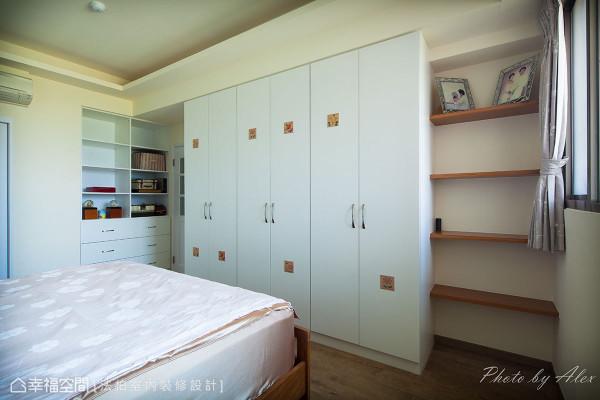 设计师利用门后与衣柜旁的畸零空间规划展示收纳,并在净白衣柜上贴饰窑烧花砖,增添艺术美感。