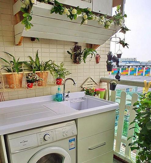 阳台上的绿色是整个空间的亮点。在设计洗衣机的时候一定要注意起后续事项。下水处理起来比较麻烦,若楼层不高的话,可以在阳台外按一根pvc管直通地面
