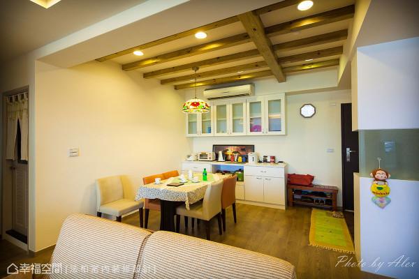 以美式生活为出发的设计概念,将家人共聚的餐厅规划于入门显眼处,另运用梁下空间配置同色系统电器柜,将焦点凝聚在彩绘玻璃灯下的用餐空间。