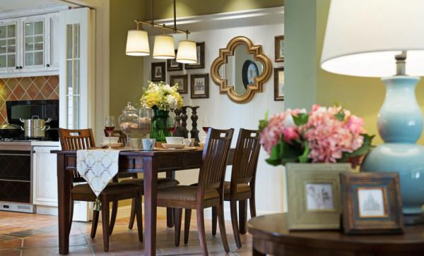 纯白的墙体与棕褐色的抛光砖相互映衬,在水晶吊灯的照射下,使得整个空间更显亮堂;客厅与餐厅相联通,扩大了空间