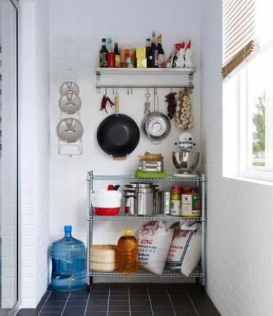 阳台紧靠厨房的情况下,这种问题会比较明显,这时,我们可以利用阳台的一角建造一个储物区,存放蔬菜、食品或不经常使用的餐厨物品。如果靠厨房的阳台面积比较大,就可以放置少量的折叠家具,供休息、朋友聚餐时使用