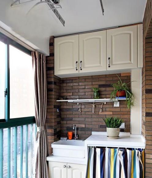 阳台除了放置洗衣机外,其收纳作用也不可忽视。无论是上图一样的柜子还是简单的搁架都能放上不少的物品,如果嫌弃东西杂乱不妨加上个帘子之类的来遮挡遮挡