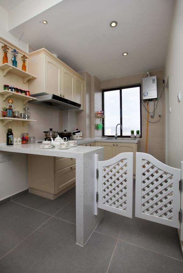 开方式的厨房,和一个小小的吧台。