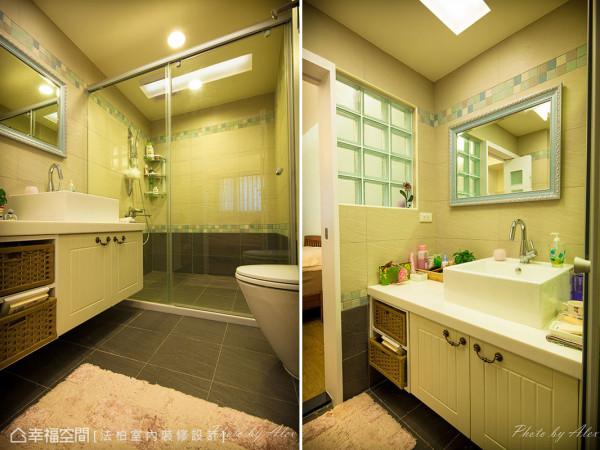 因应使用者需求放大主卫浴格局,并藉由玻璃砖的引光设计,明亮无对外窗的主卫浴。