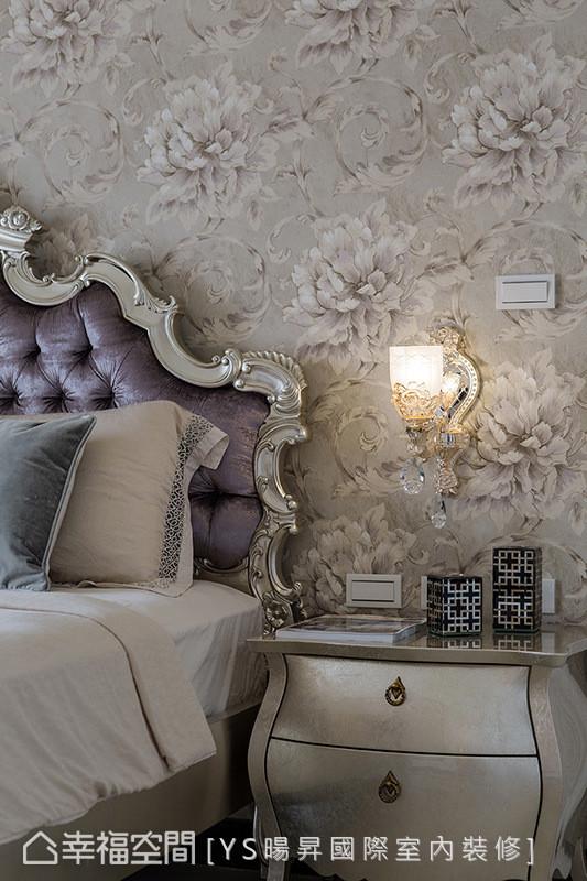 墙面以印花图腾的进口壁纸铺陈,且结合水晶质感的壁灯,营造柔美且纾压的睡眠环境。