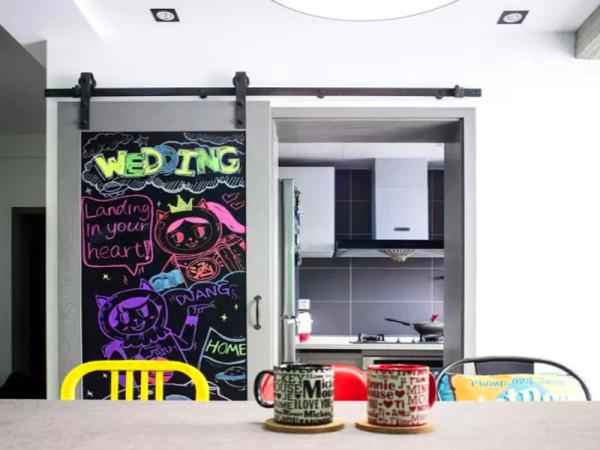厨房门设计成谷仓门,门片用黑板漆处理。