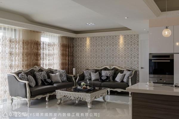 运用窗景达到大面采光,印花图腾的壁纸与些微透亮的窗帘视觉,与空间里雕花造型的家具,呼应古典视感。