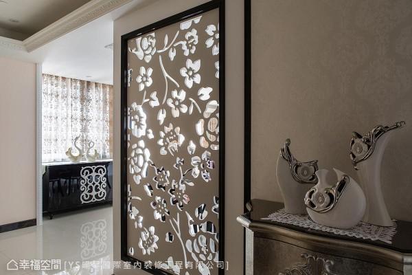 屏风以镂空雕刻板为设计,将公领域的光源适度引入玄关,创造开放且内外相容的情境。
