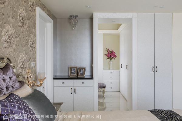 利用线板包覆门框的手法界定出主卧与衣帽空间,衣帽间的尽头更运用矮柜与花瓶,创造出优雅的视觉端景。