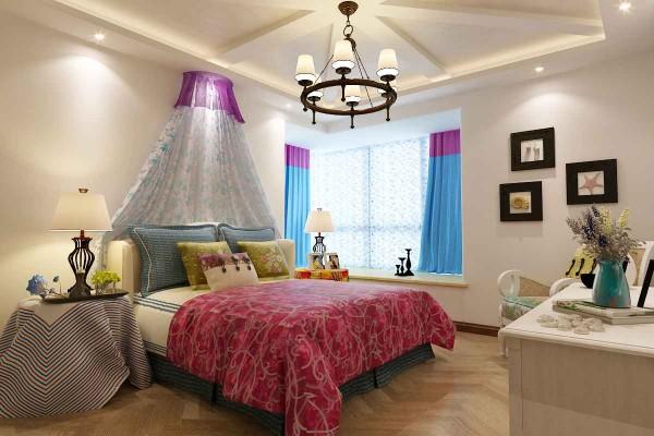 地中海风味极强的卧室,充满了各种色彩,给人一种温馨的感觉,又给人一种现代的时尚感。 简单的小装饰,不需要太复杂,清爽、自由、没有约束。
