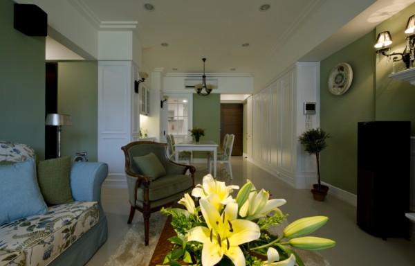 以开放式设计放大空间感,以美式的基底白与沈静的绿色交错铺陈,凸显了家的大器与视觉层次感
