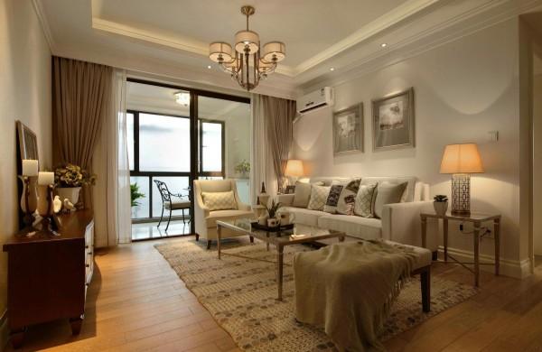 室内空间由大面积的奶油色作为主导,搭配巧克力棕的家具作为辅助,亮白与奶油色的融合,使空间色彩自然衔接,起到过渡的效用,而金色的奢华装饰点缀自然是烘托家居优雅的完美之选。