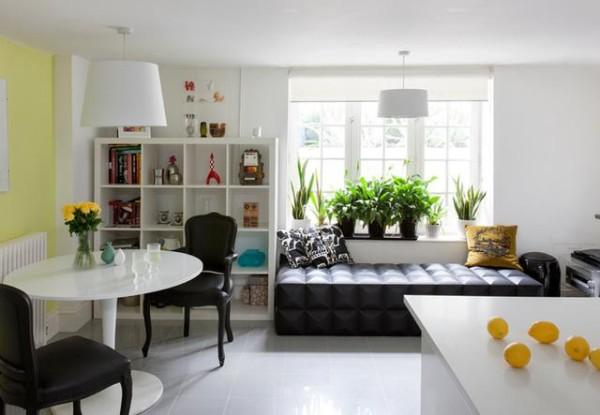 窗边的沙发榻,旁边摆上书架,可以坐在窗边看书休闲。