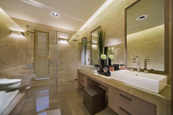 卫生间的墙面采用通铺米色瓷砖或大理石,使整个空间看起来温馨,简洁又大方。