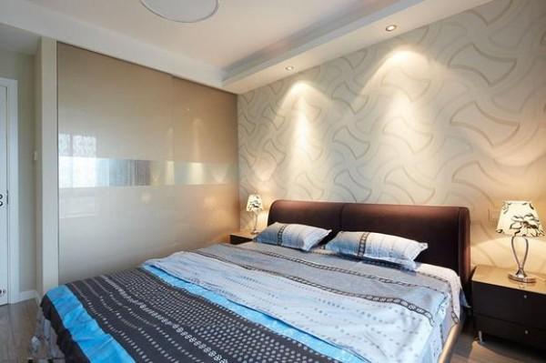 主卧床头铺贴米色带纹理的壁纸,卧室的其余墙面刷以浅灰色的墙漆。衣柜采用香槟色双扇推拉门。使整个卧室看起来非常的舒适与温馨。