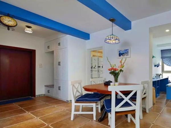 进门边上设计大鞋柜,融入换鞋凳功能,进入餐厅区域,顶上蓝色假梁装饰。