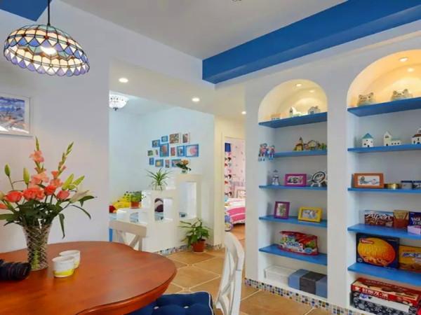 餐边柜采用入墙式设计,拱形顶部,蓝色搁板,马赛克做踢脚线。