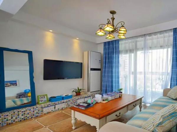 客厅、餐厅公共区域通铺仿古加角花,用地台代替电视柜,马赛克装饰地台,地台提前设计了存放收纳盒的位置。