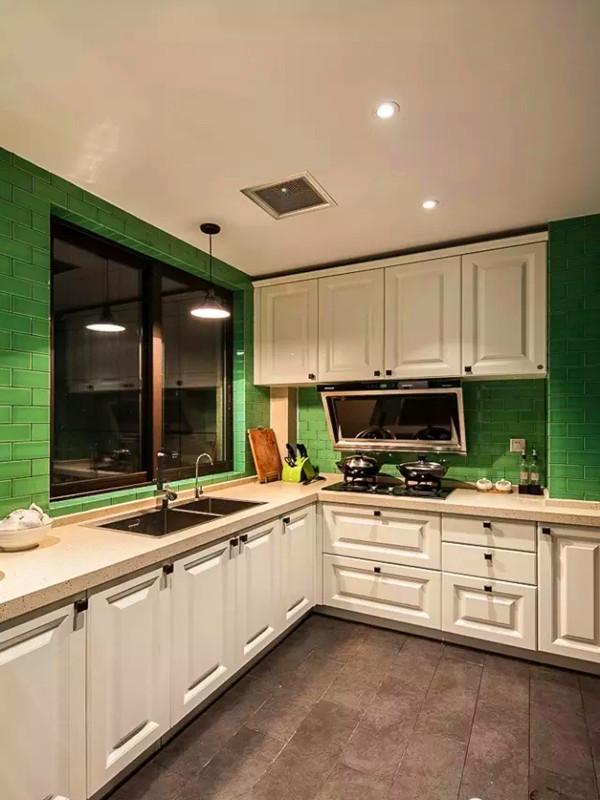 厨房用绿色的面包砖工字型铺贴。