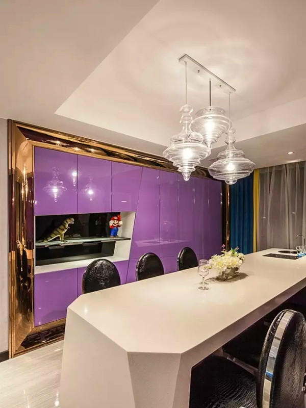 黑白搭配的餐桌椅,地上的抛釉砖也反射着灯光。
