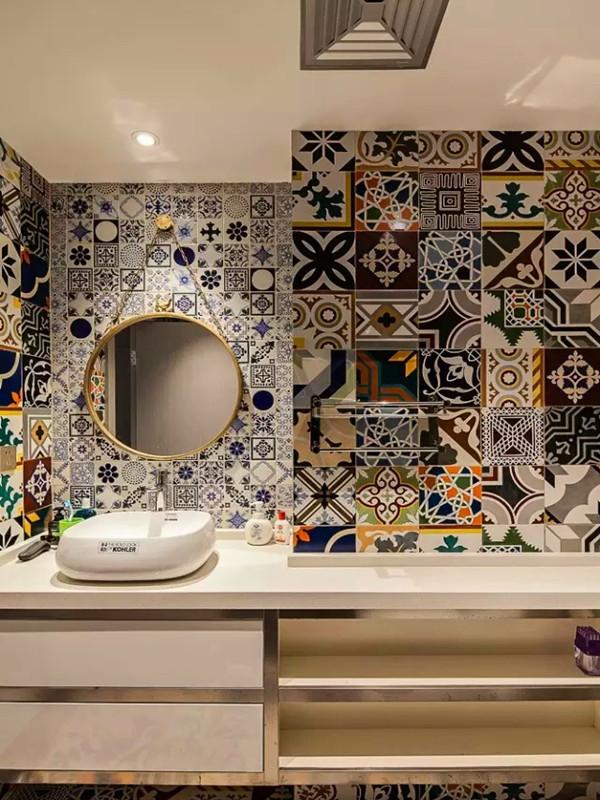 定制的洗手台把空间高效利用。