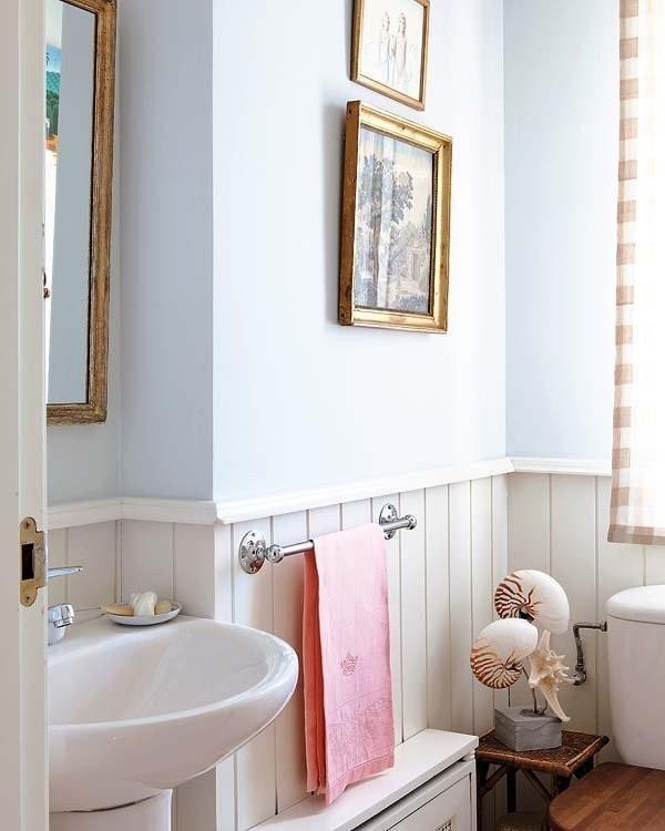 卫生间墙面下部用白色木板条装饰,上部分漆成淡蓝色,浅浅的怀旧风。
