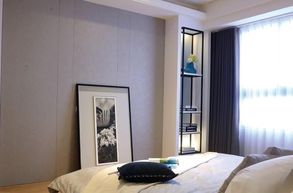 主卧室床尾一侧点缀一座铁件高柜,延续洗鍊、摩登的材质语汇。