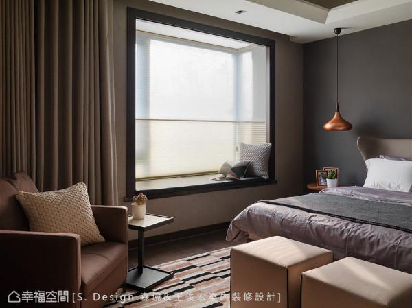 窗边卧榻作为舒展心情的小角落,坐卧此处可以一览窗外美景,成为忙碌生活的最好调剂。