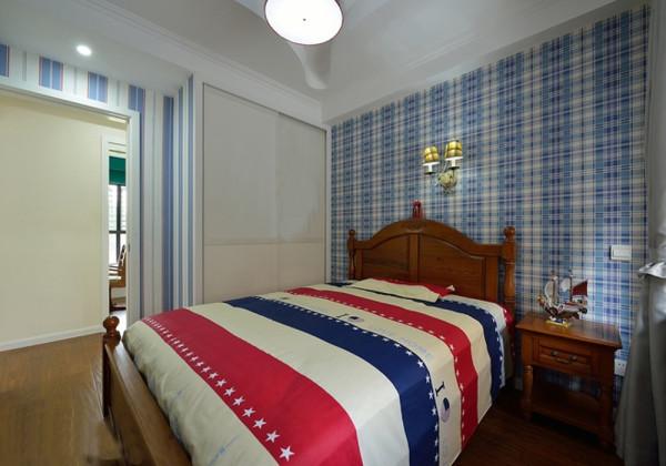 卧室选择以蓝作为主要色调,,原木色的地板,冷色系的壁纸,异域风情的床品以及吊顶都是和谐相呼应,并不复杂的色彩搭配,彰显了整个空间的内涵及情调。