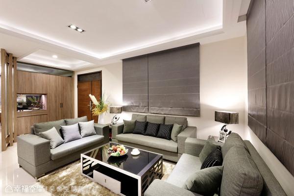 方正大器的客厅格局,配以清爽色调的成套家具,延续入门的休闲混搭风格设定。