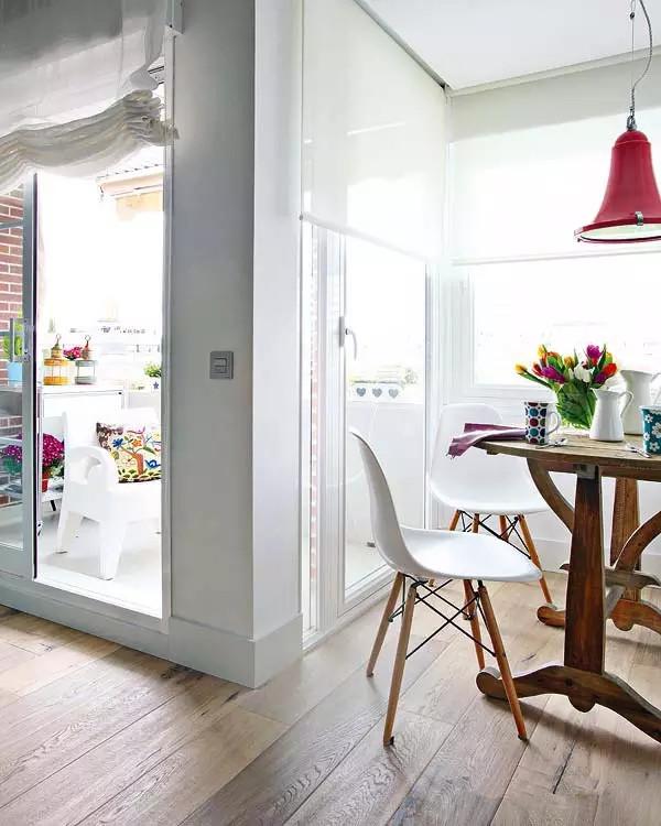 只有一个房间,却想要客厅、厨房和餐厅怎么办?用一堵白墙做分割吧。