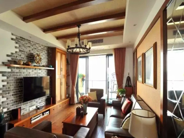 仿古手抓纹地板和柚木色的全套家具品质沉稳。