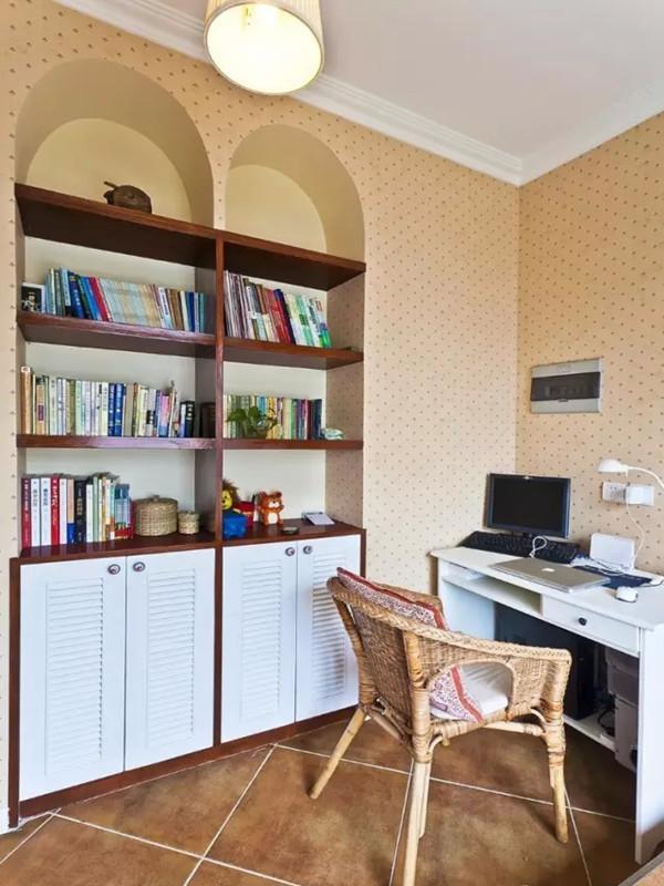 书房入墙式的书柜设计让空间线条更流畅。