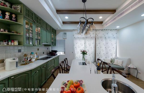 餐桌上方设以直线吊灯、橱柜则沿墙设计,让视觉自然延伸且引领至落地窗。