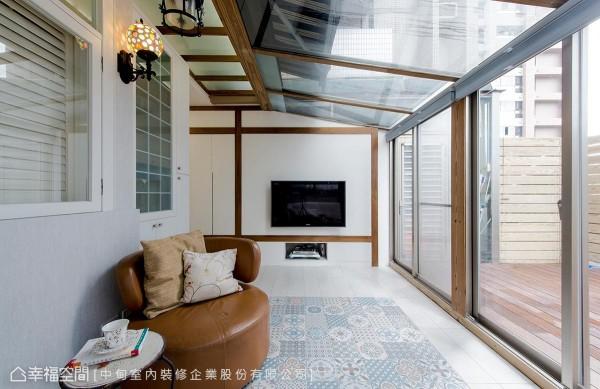 选用透视玻璃质材、木纹点缀局部空间,以及进口花砖铺陈地坪,形塑度假氛围。